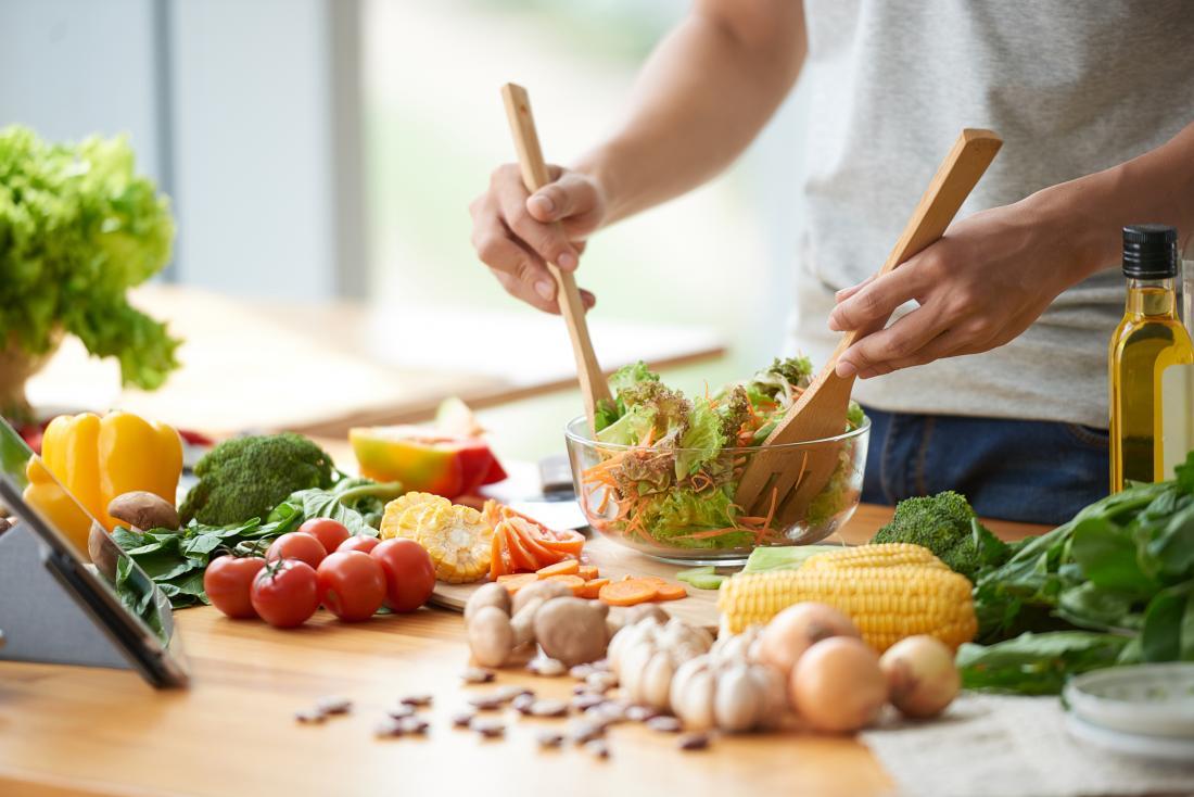 um homem fazendo uma salada