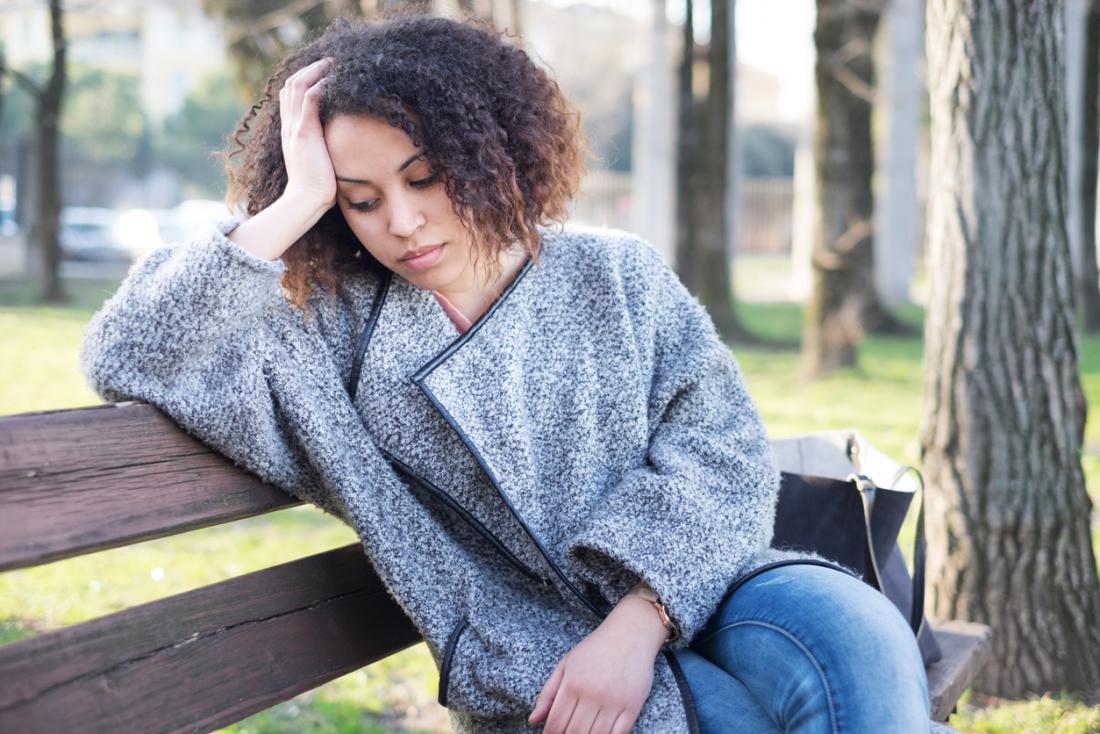 стресирана жена на пейка