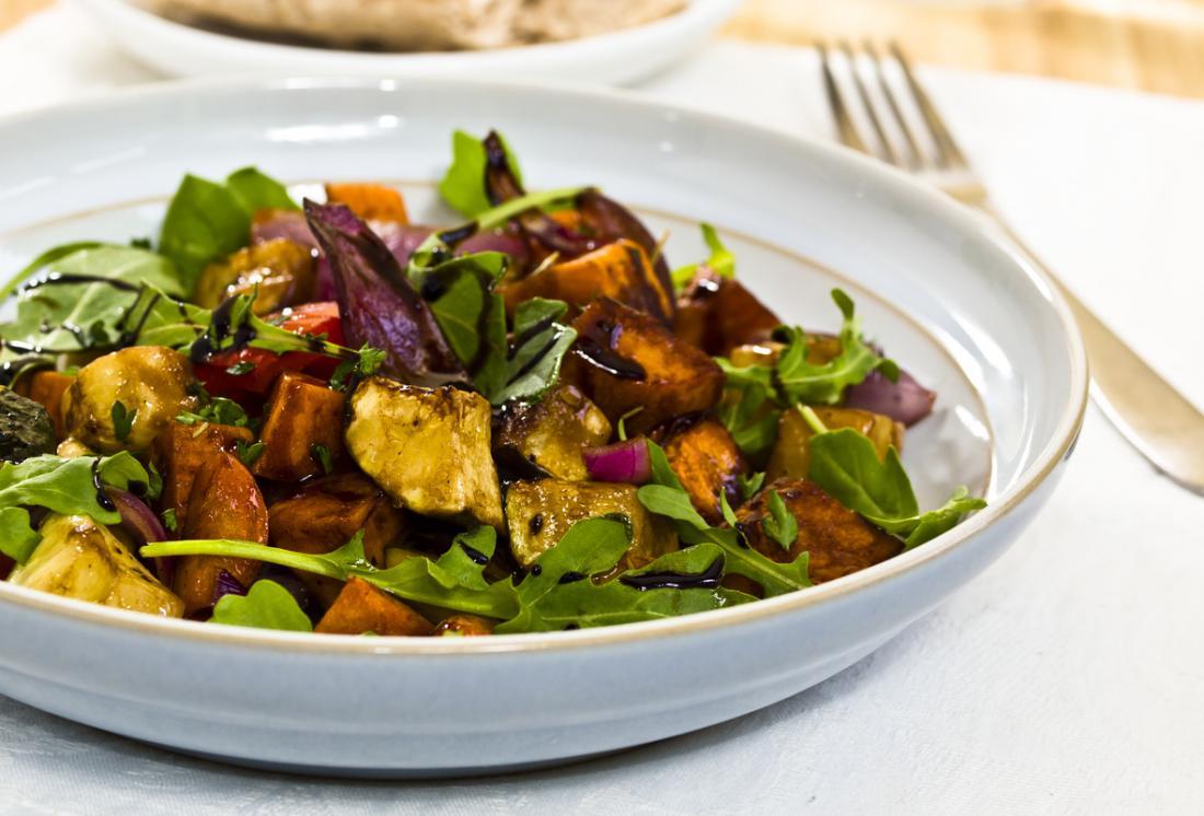 Gesunder Salat mit Aubergine