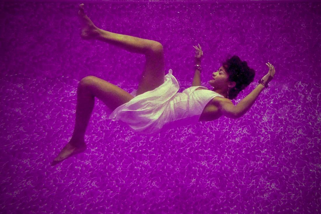 une femme flottant pour illustrer un rêve