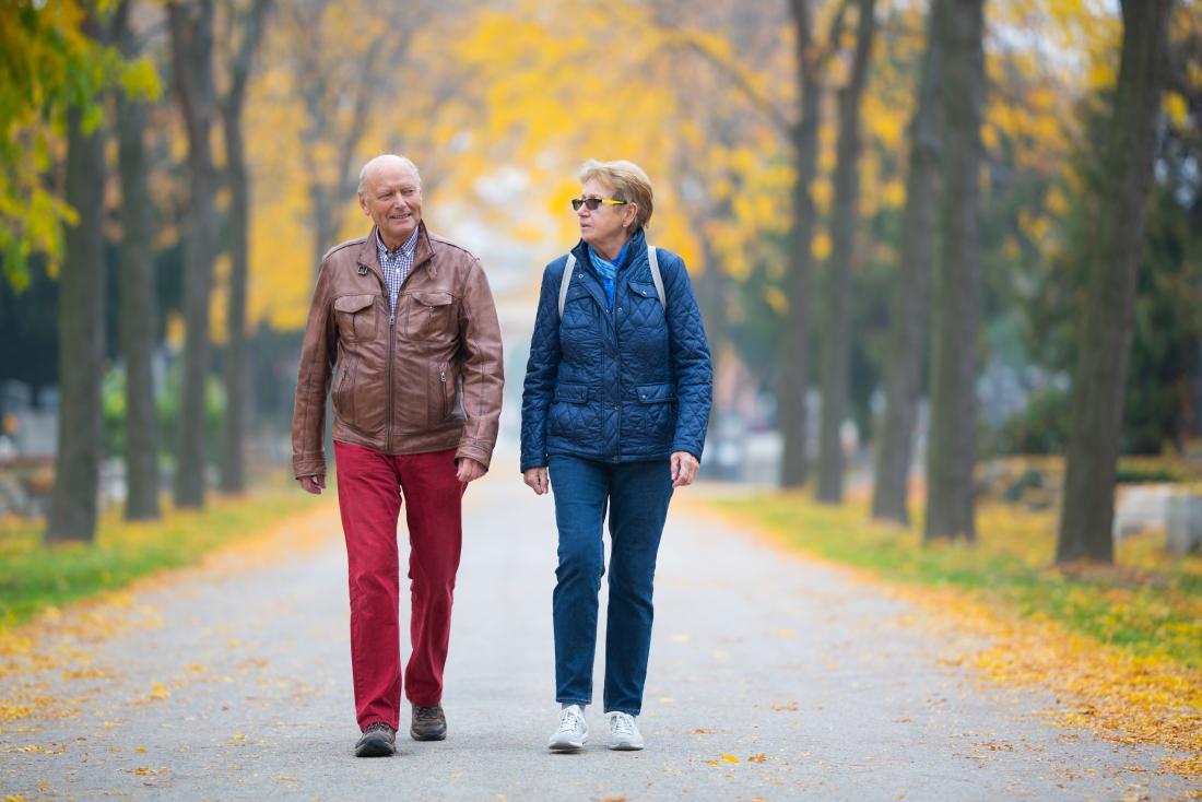 người cao niên đi bộ trong công viên