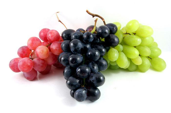 Três cachos de uvas de cores diferentes.