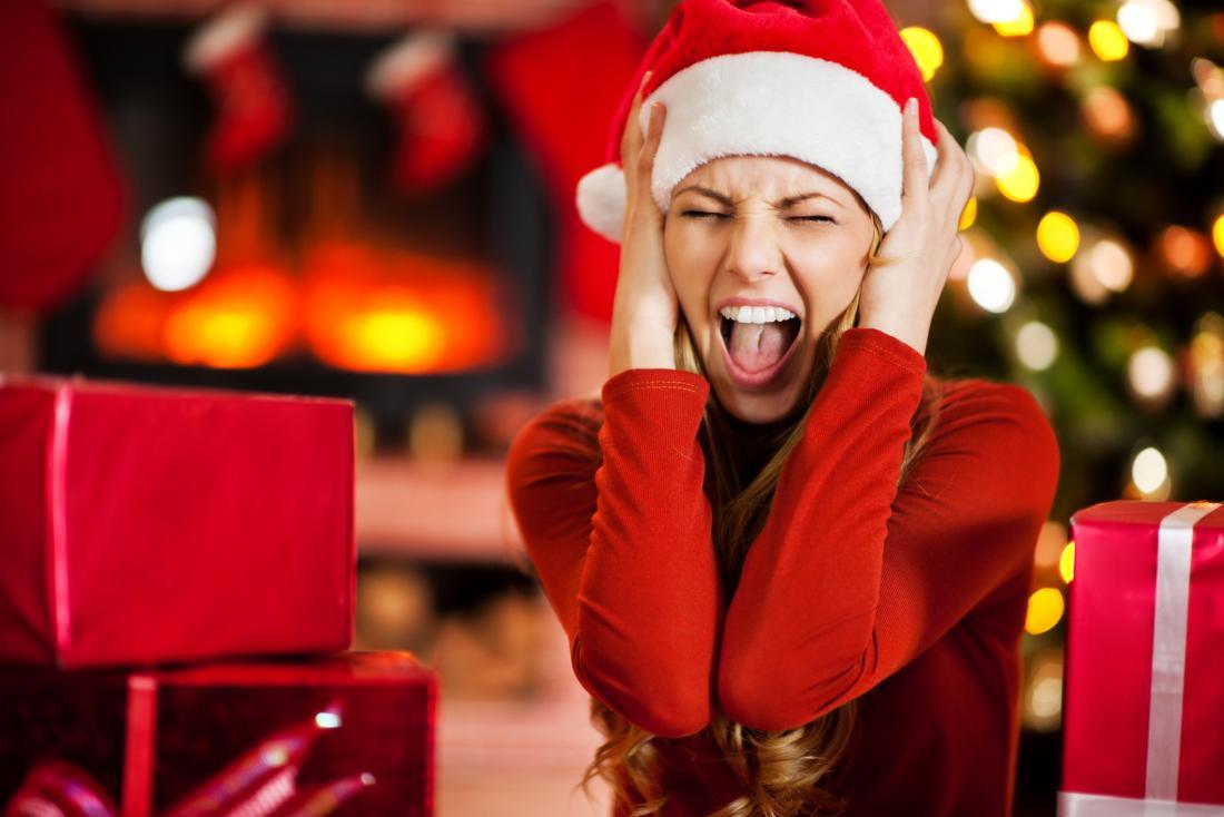 Eine Frau, die am Weihnachten betont wird