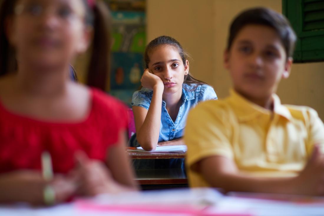Écolière s'ennuie en classe