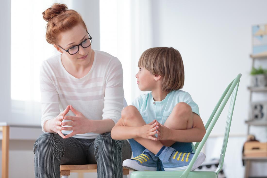 Garçon avec un psychologue pour enfants