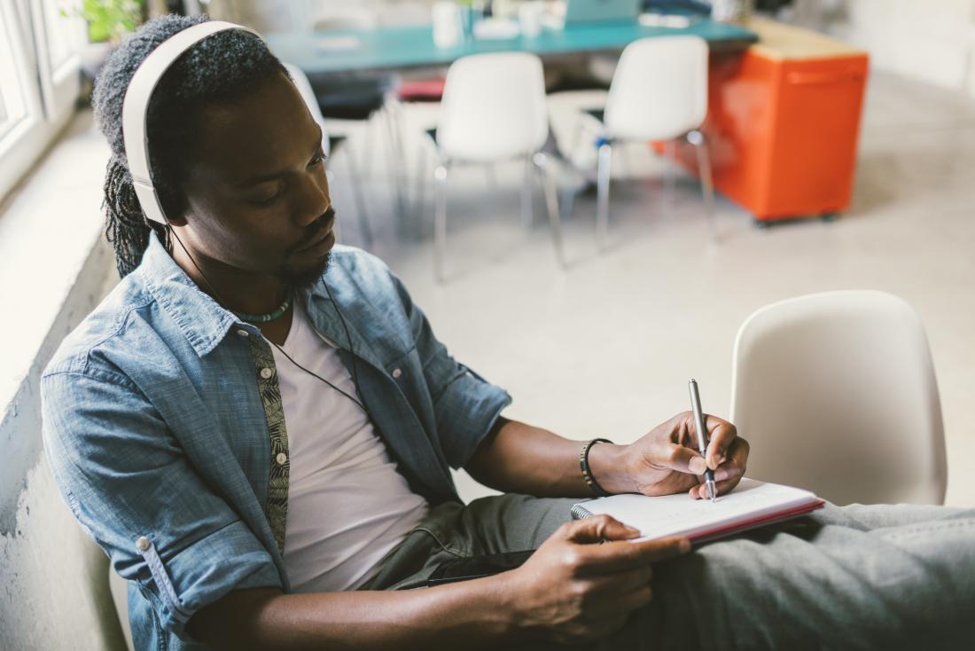 homme écoutant de la musique et de l'écriture