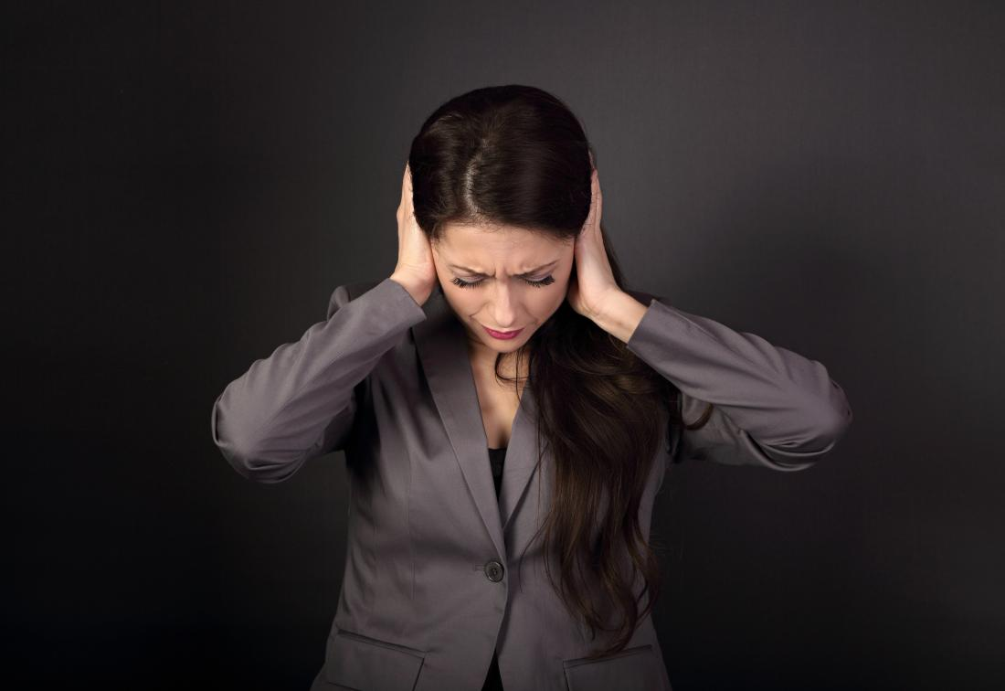 Mulher, segurando, cabeça, dor, devido, dobro, orelha, infecção