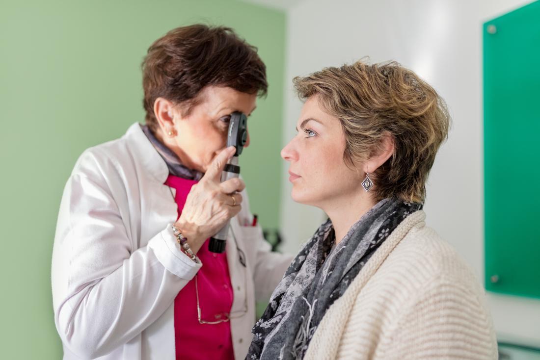 Les yeux vitreux chez le patient ayant un examen de la vue chez un opticien et un médecin.