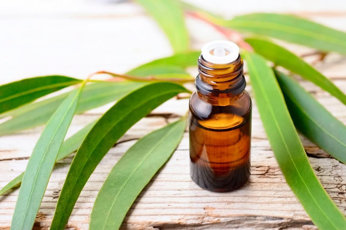 L'olio di eucalipto su una tavola può essere un olio essenziale per l'influenza