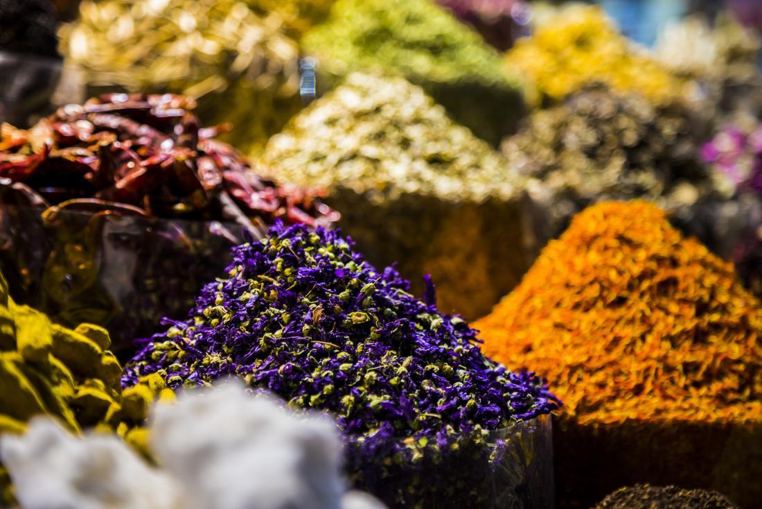 Herbes et épices sur le marché.