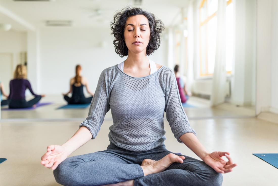 Lady Atmung während Yoga