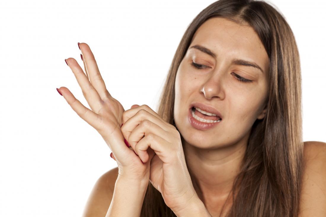 彼女の手のひらを傷つける女性