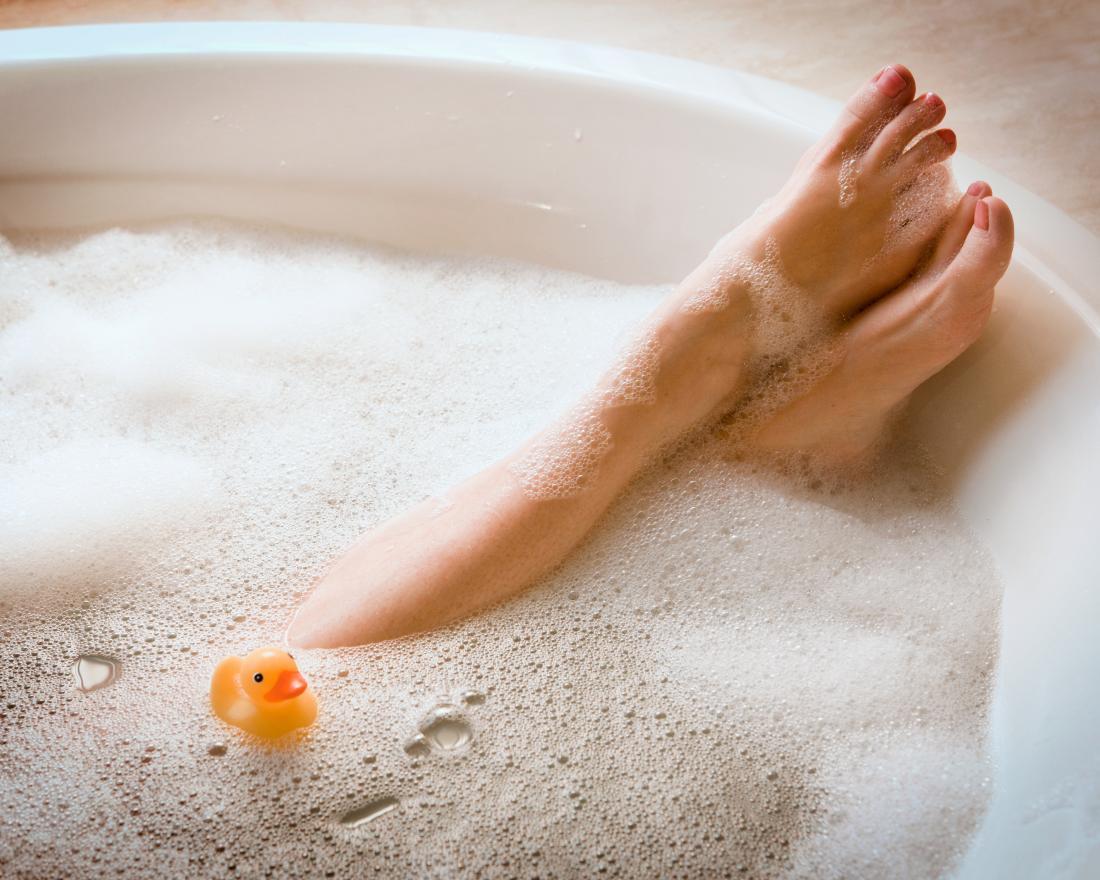 バブルバスの女性の足