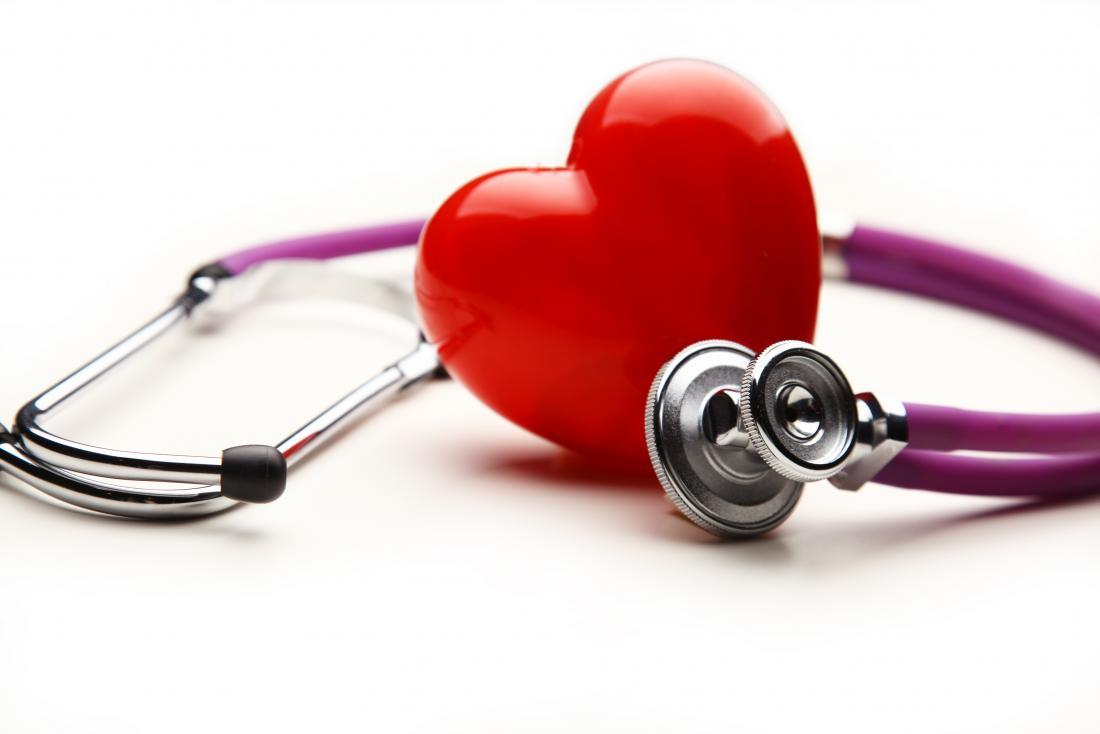 Serumcholesterin, das neben Stethoskop durch Herz dargestellt wird.