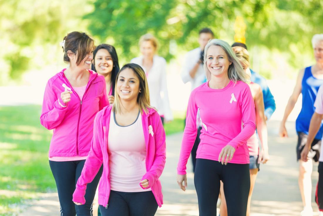 乳がんの意識のための楽しいランニングに参加している女性