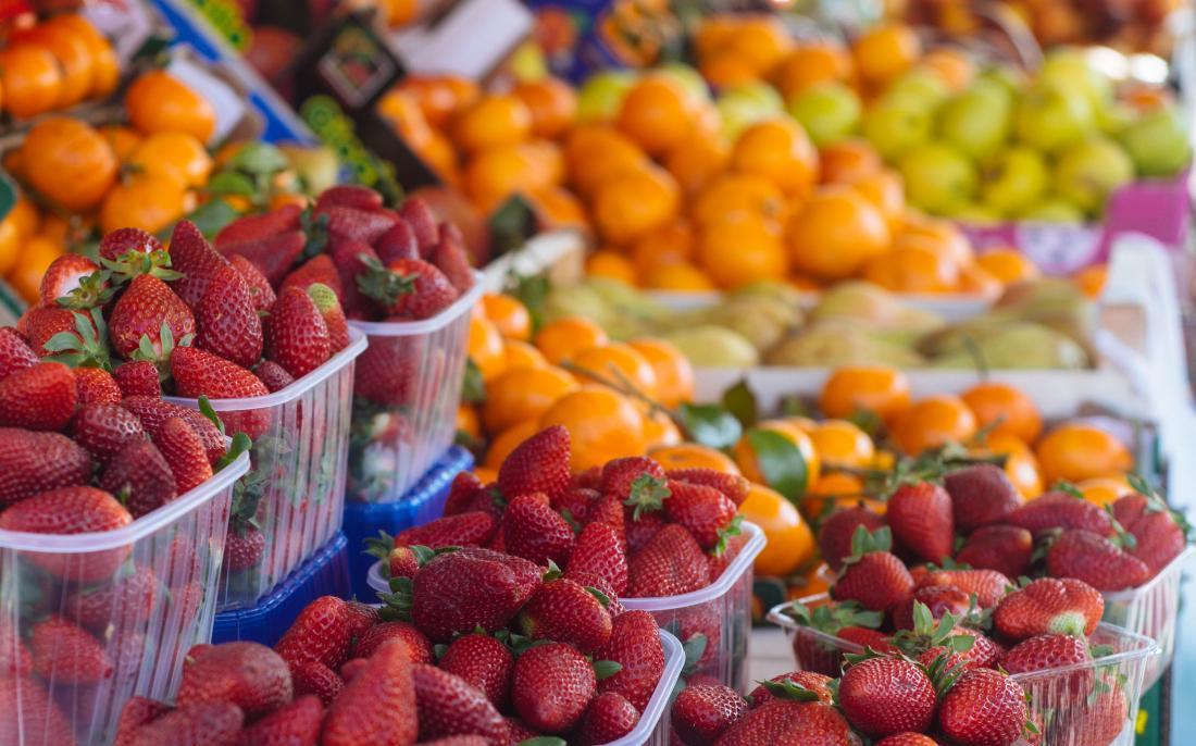 Obst auf einem Markt kann mit einer Endometriose-Diät helfen