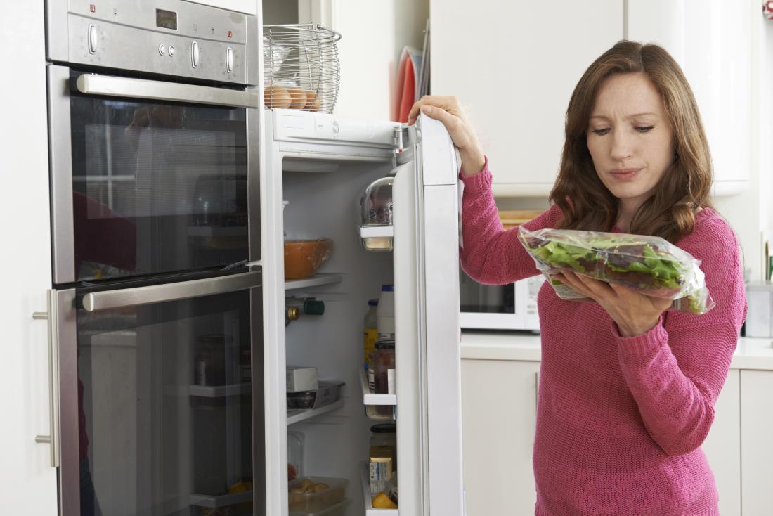 Mulher, verificar, data de expiração, sacola, salada