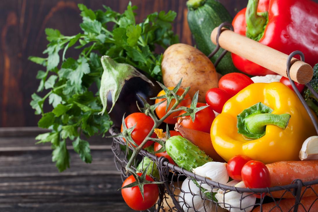 Кошница от най-вече зеленчуци, включително пипер, домати, патладжан, картофи
