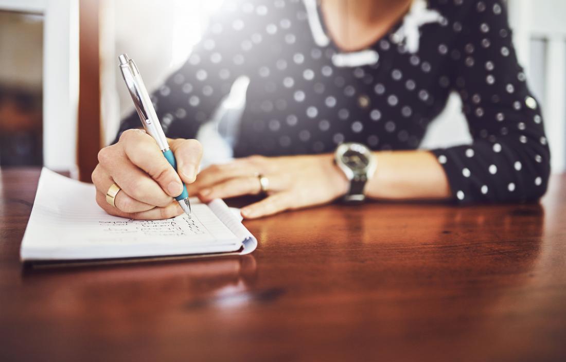 Лице, което пише бележки в дневника на бележника или дневника на масата.