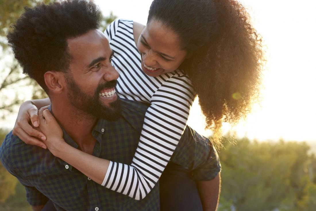 człowiek trzyma swojego partnera