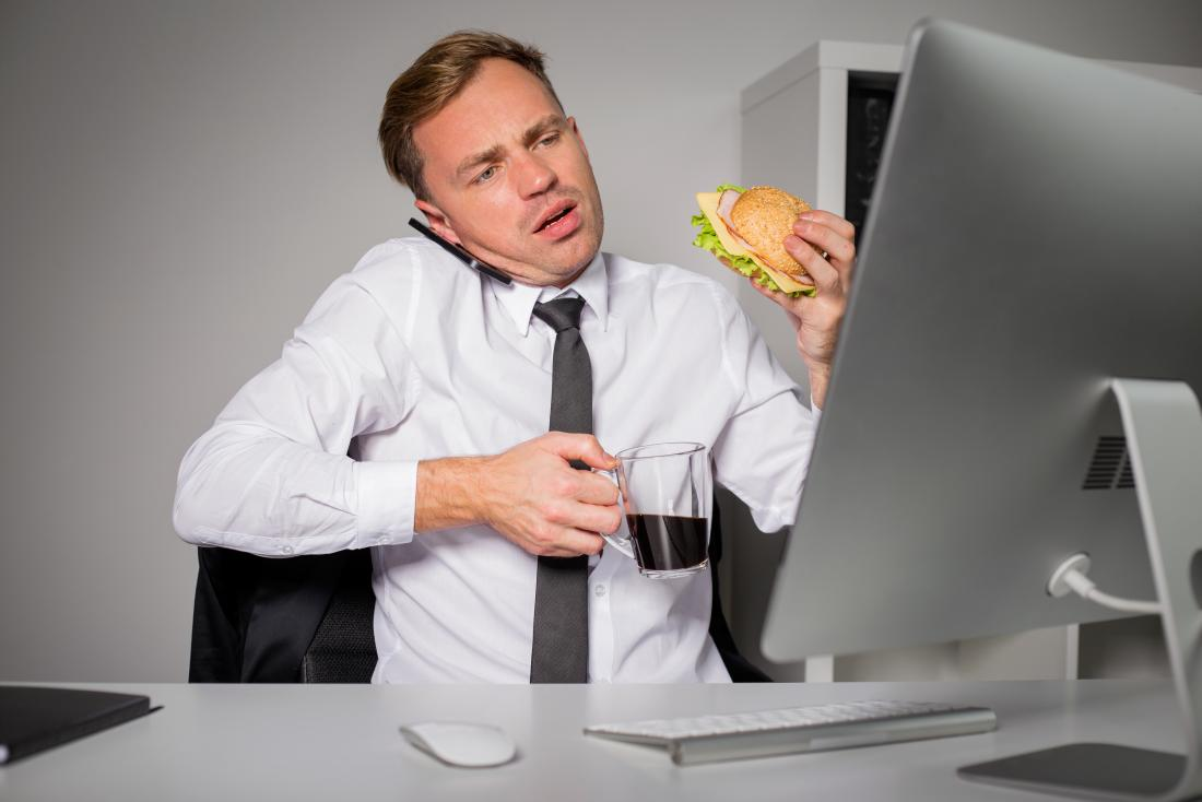 homme stressé mangeant