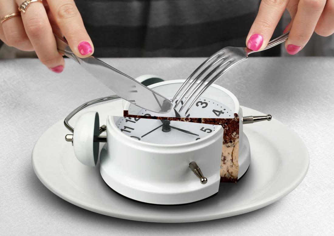 personne qui mange une horloge