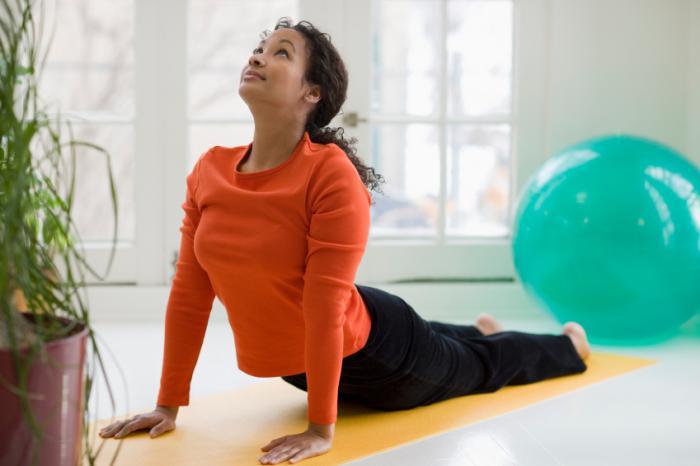 [Donna che fa yoga]