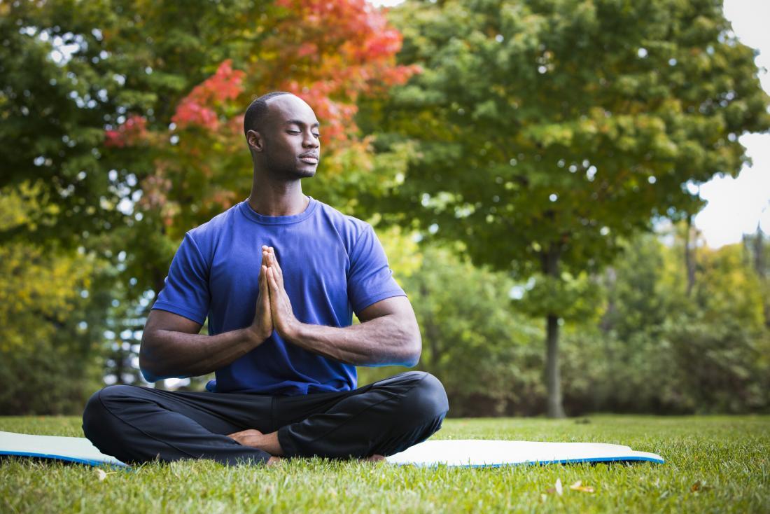 Homme en yoga pose pour la santé de la thyroïde à l'extérieur
