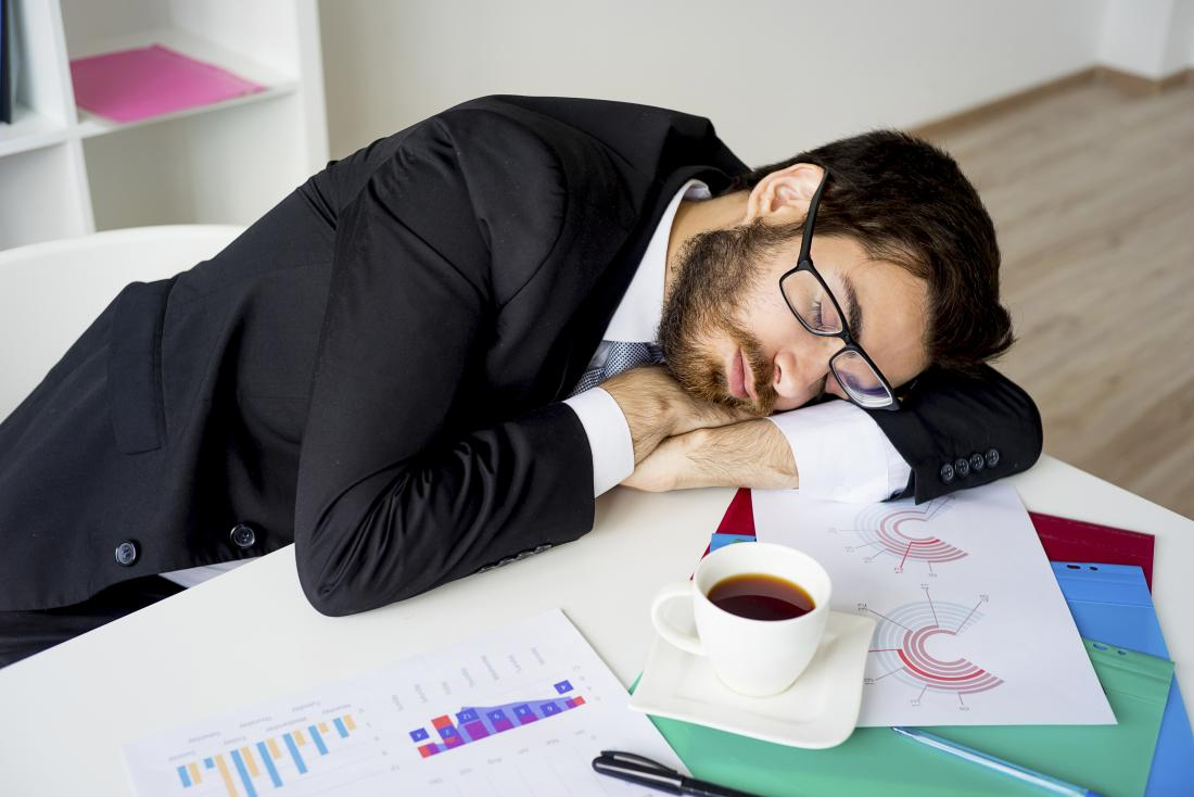 Homme stressé et fatigué souffrant d'hypothyroïdie endormie au bureau au travail.