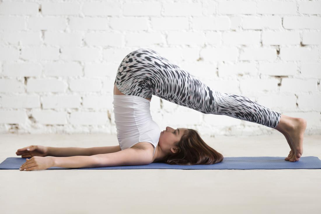 Plow Pose ou pose de yoga Halasana.