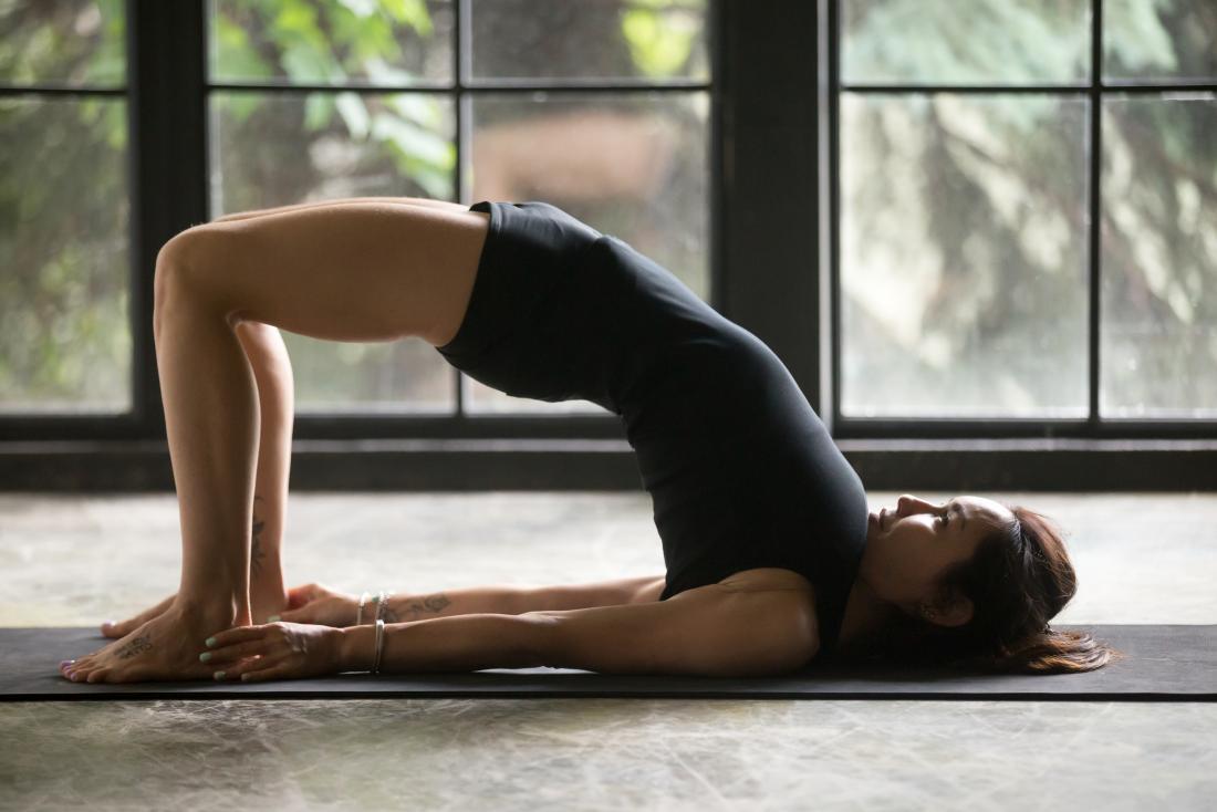 Pose de pont ou pose de yoga Setu Bandha Sarvangasan.