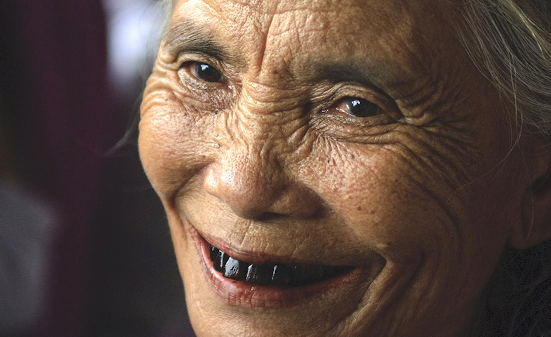 Femme aux dents noires